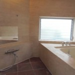 自然光の入るバスルーム (風呂)
