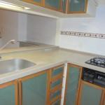 使いやすいL型のキッチンは、グリーンと木目の温かみのある色調(キッチン)
