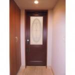 内扉は上品なステンドガラス模様のデザイン扉(玄関)